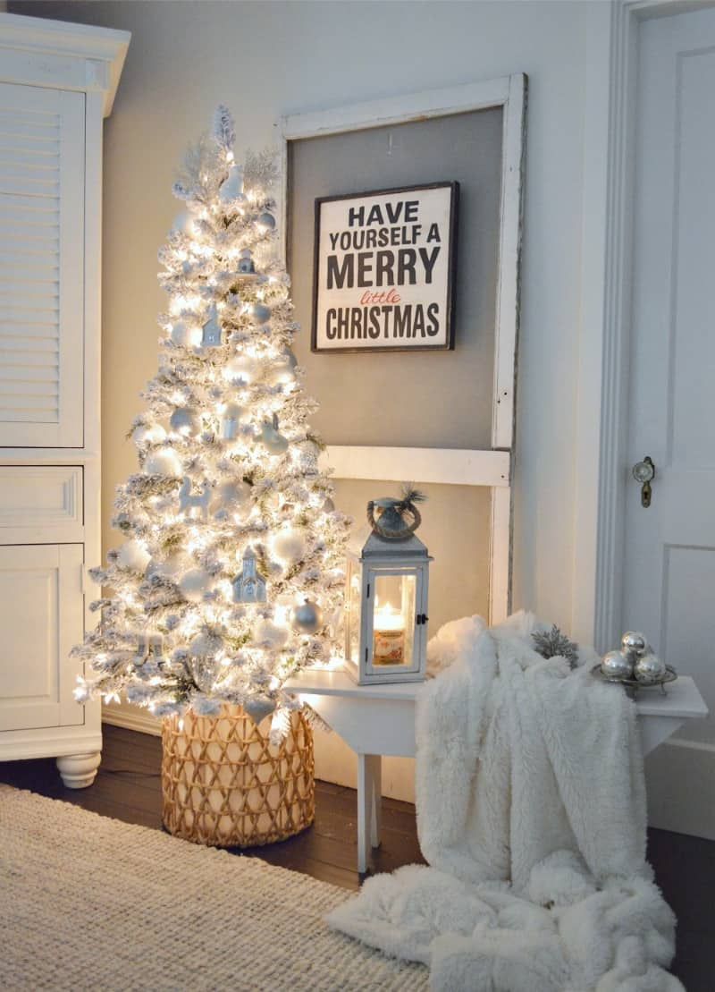 20 Lovely Minimalist Christmas Tree Ideas For A Simple Yet Elegant Holiday